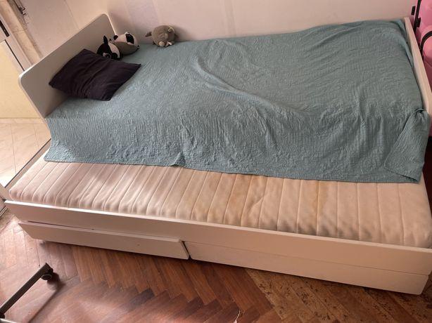 Cama dupla da Ikea com colchão e estrado