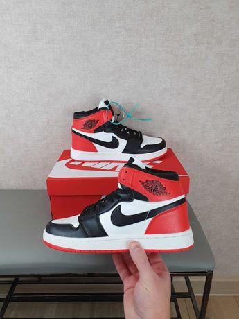 Кроссовки унисекс Nike Air Jordan 1 Retro красные с черным Джорданы