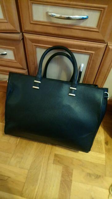 Czarna torebka mieszcząca A4