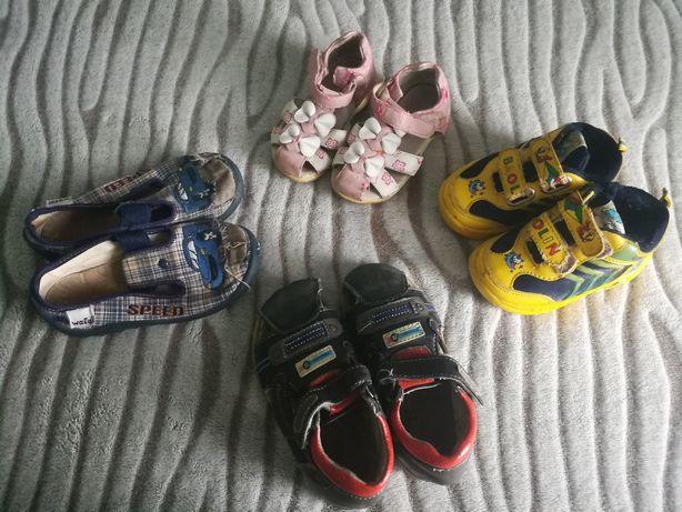 Отдам даром детскую обувь.