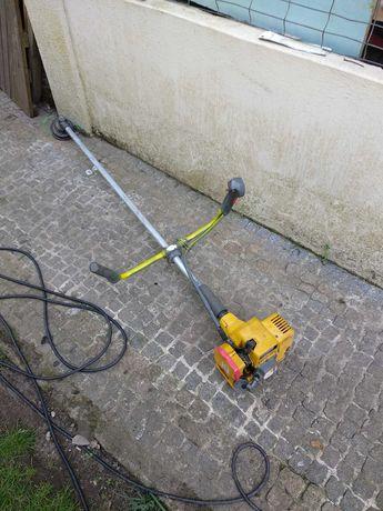 Máquina de cortar erva