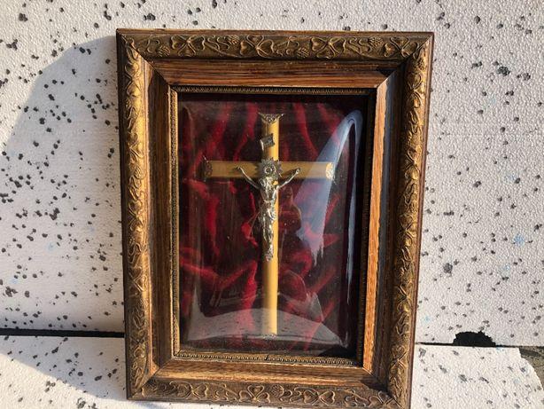 krzyż pod szklaną kopułą w ramce