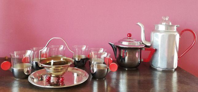 zestaw do herbaty z czerwonymi dodatkami