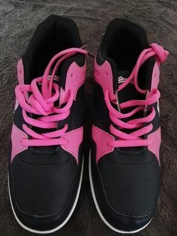 Sprzedam buty sportowe damskie.