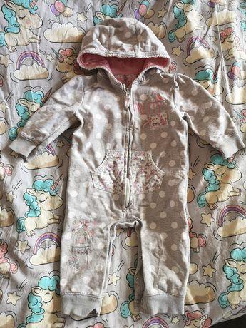 Bawełniany, modny kombinezon z kapturem dla dziewczynki 6-9 miesięcy