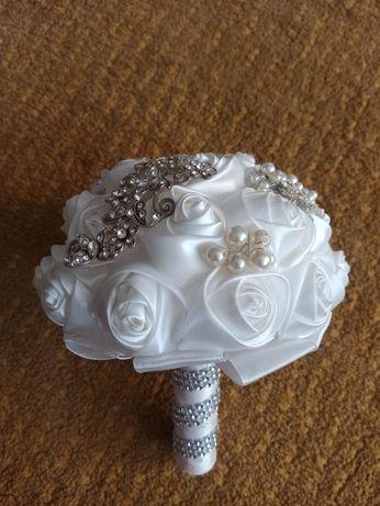 Bukiet ślubny z broszek biały wstążki satynowe