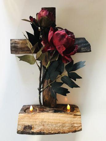 stroik ozdobny z drewnianym krzyżem na grób