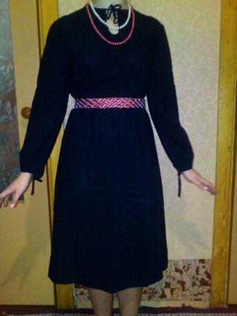 Чёрное платье с длинным рукавом.