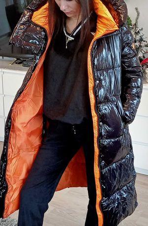 Płaszcz, kurtka zimowa lakierowana czarna z podszyciem pomarańczowym.