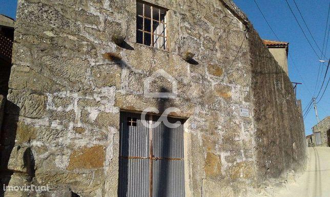 Moradia geminada - Moradia para restauro com pátio interior no concelh