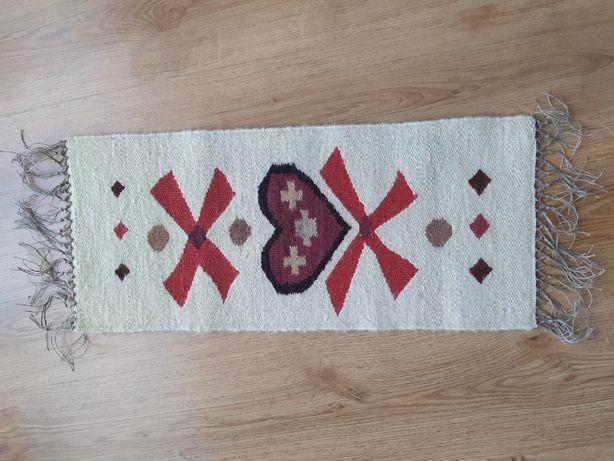 Nowy piękny kilim, rękodzieło. 100% wełna. Wymiary: 62cm x 29cm, serce