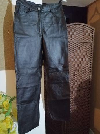 Czarne spodnie że skóry
