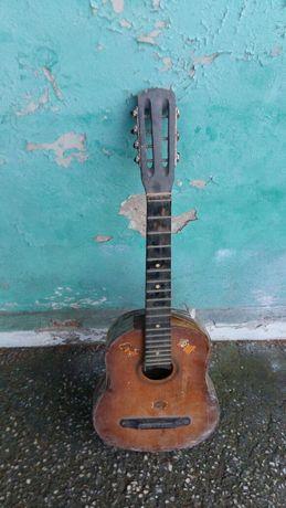 Продам гитару хорошую гитару струны есть