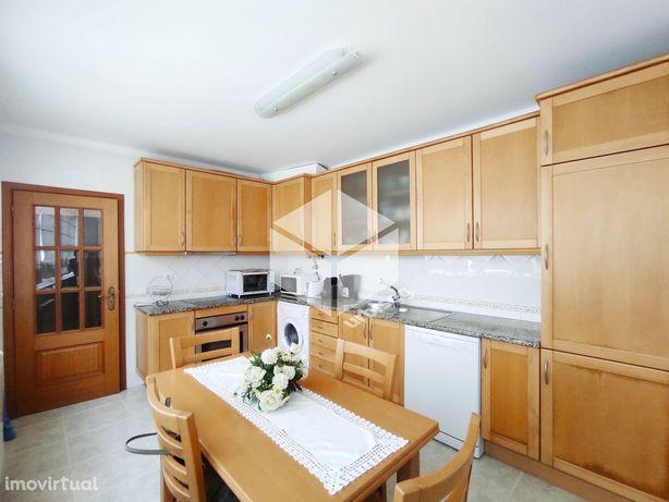 Este é um dos Apartamentos T4 Duplex com garagem dupla para venda que