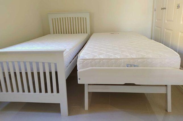 Duas camas individuais estilo gaveta