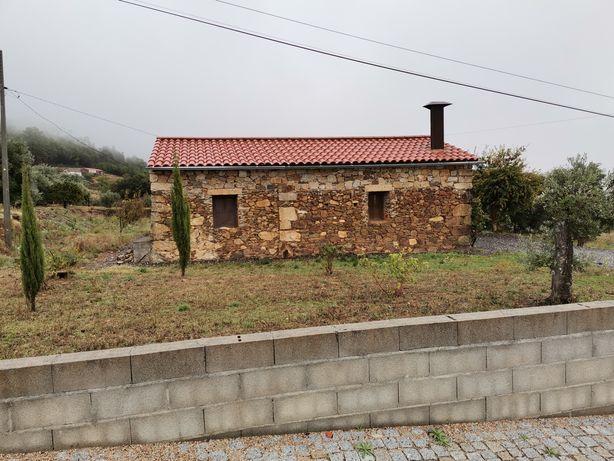 Quinta com casa em pedra e pavilhao