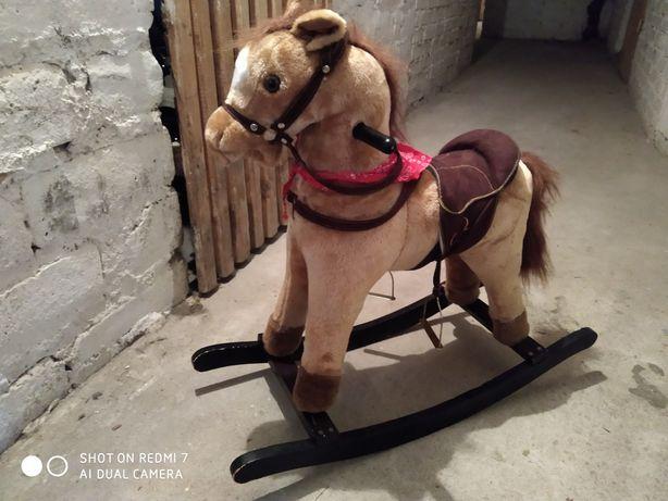 Koń na biegunach wydający dźwięki