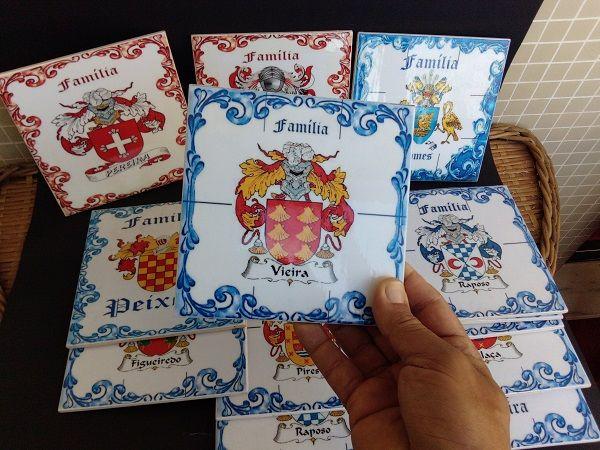 Brasões de família em tradicionais azulejos portugueses