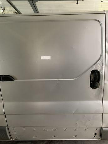 Drzwi przesuwne prawe Opel Vivaro, renault trafic srebrne.