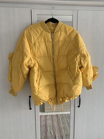 Żółta pikowana kurtka wiosenna z falbanką na plecach i rękawach