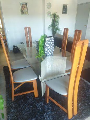 Vendo 6 Cadeiras em madeira.