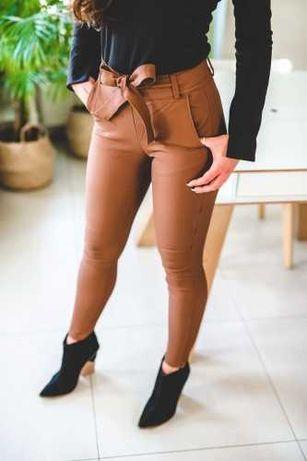Spodnie woskowane matowe, rurki wysoki stan, carmel pasek, skórka.