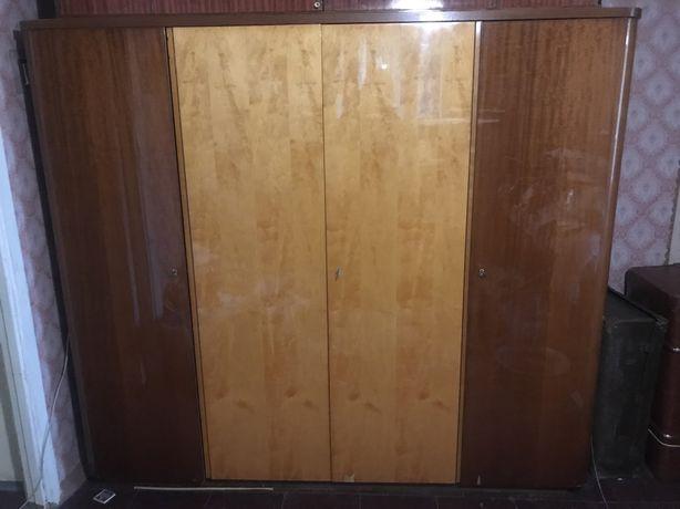 Шкаф плательный от немецкого гарнитура/есть еще две тумбочки,трильяж/