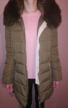 Zimowy płaszcz w butelkowej zieleni