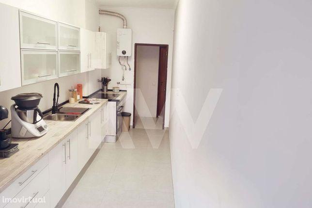 Apartamento T2 com quintal situado na Camarinha, Monte Belo - Setúbal