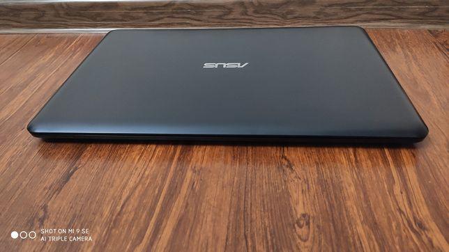 Ноутбук ASUS в ідеальному стані