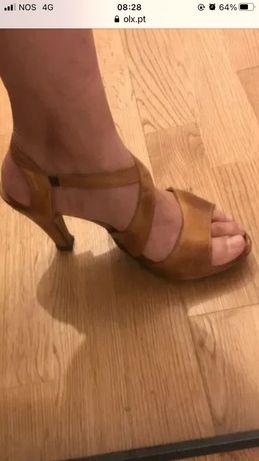 Sandálias de salto em pele