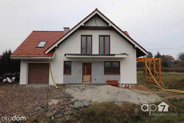 Dom w stanie developerskim w zielonej okolicy.
