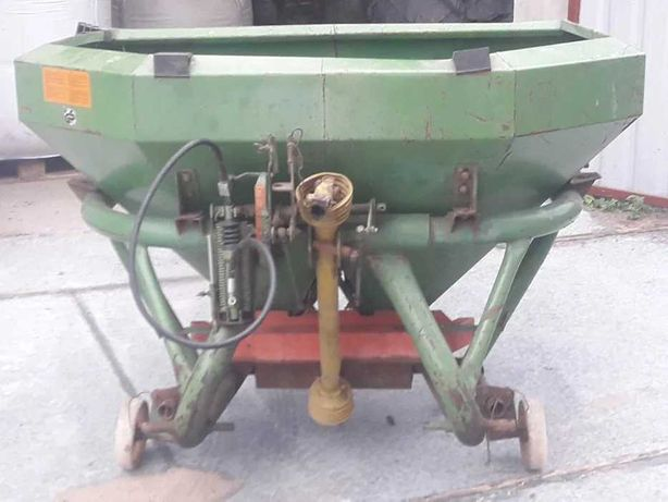 Rozsiewacz amazone 1000 kg hydraulicznie zamykany.
