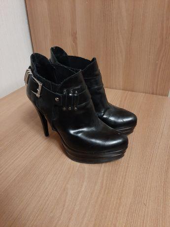 Buty damskie na obcasie r36