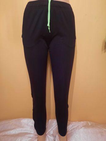 Dziecinne spodnie dresowe czarne z zielonym pasem  H&M