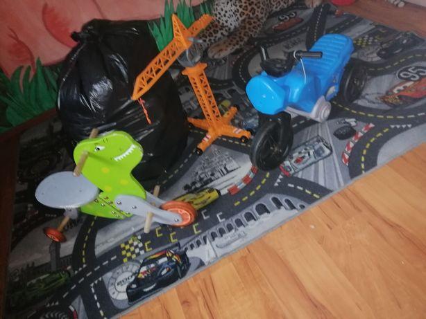 Duży wór zabawek, jeździk dino, jeździk motor i duży dzwig