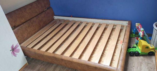 Łóżko 140x200 sypialniane tapicerowane z zagłówkiem.