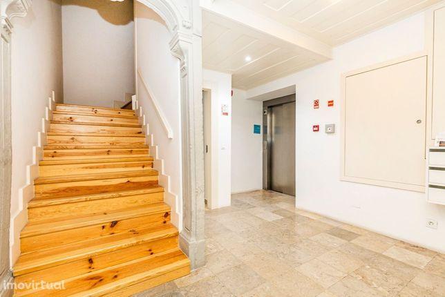 Apartamento como novo com 2 quartos e terraço.