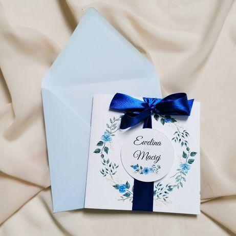 Zaproszenia na ślub z niebieskimi kwiatami i wstążką BLUE