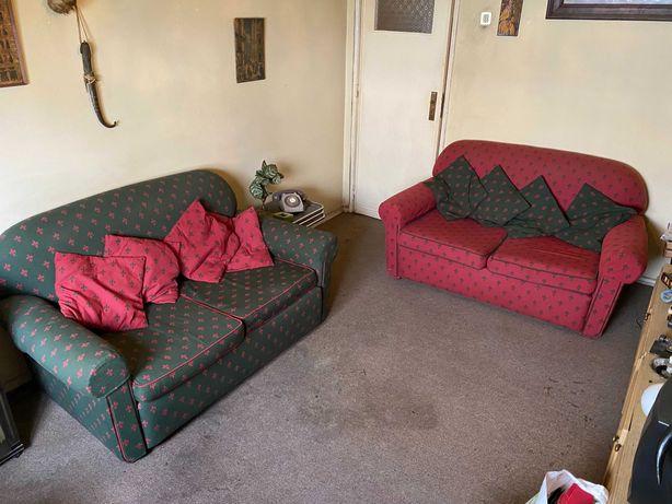 Sofás duplos em tecido verde e vermelho Flor de Lis