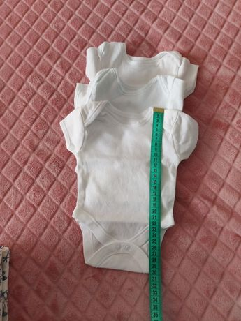 Biale body z krótkim rękawkiem
