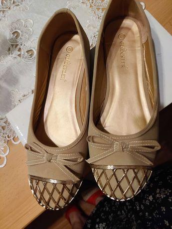 Piękne nowe balerinki ze złotym przodem.