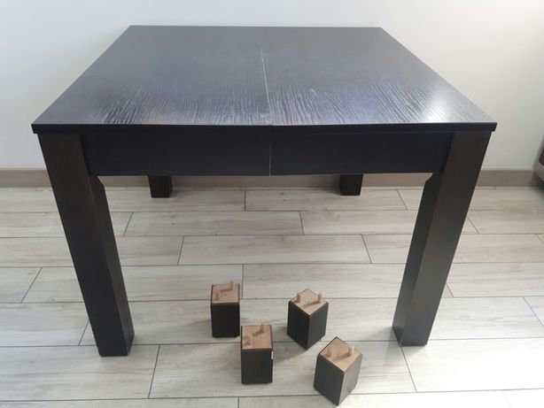 Stół drewniany w kolorze brązowym