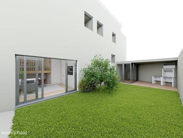 Apartamento T2  com entrada independente e jardim com espaço de aparca