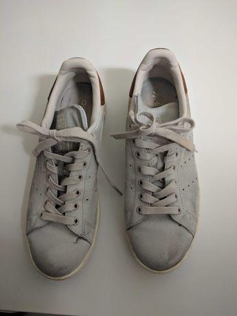 Ténis Adidas Stan Smith brancos.