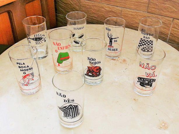 Vários copos vintage em vidro, engraçados