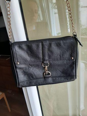 Czarna torebka na ramię damska z łańcuszkiem