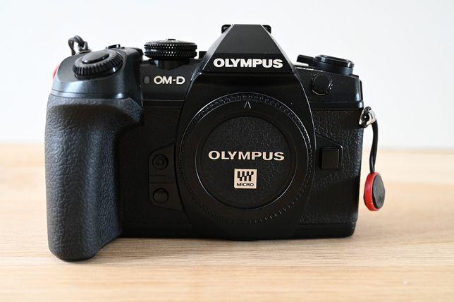 Olympus E-M1 Mark II korpus + obiektyw czarny