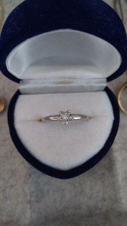 Pierścionek zaręczynowy z brylantami białe złoto
