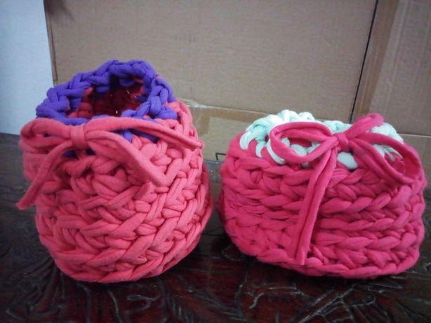 Pequenos cestos feitos à mão